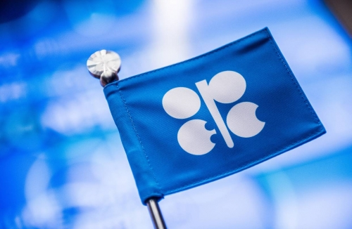 Oil Holds Gain as OPEC Signal on Output Cuts Counters Trade Risk
